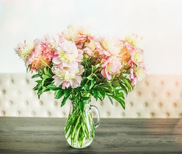 Inred vackert med bord och blommor på uteplatsen.