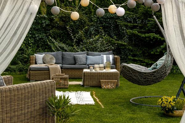 Att ha loungemöbler utomhus på sommaren.